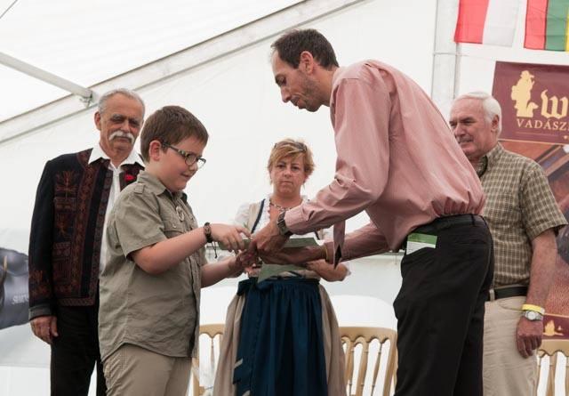 Az általános iskolások között második helyezett Frenkl Attila veszi át díját Igari Balázstól, a Bársony István Alapítvány elnökétől
