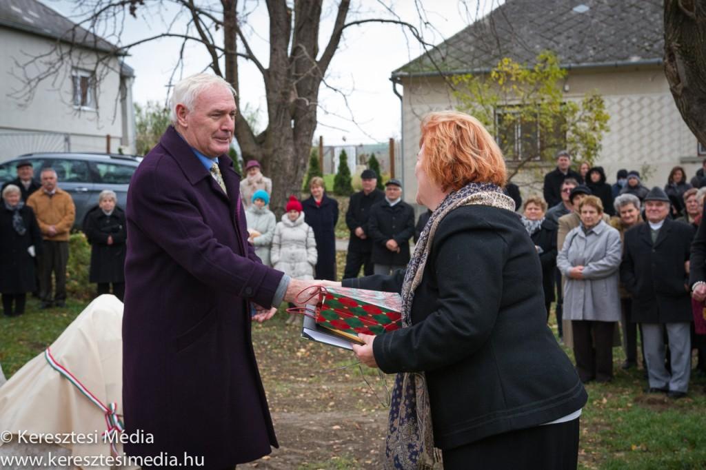 Dr. Csiák Gyula könyvcsomagot adományozott Vas Istvánné polgármester asszonynak
