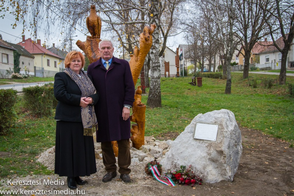 Vas Istvánné és Dr. Csiák Gyula az átadott emlékműnél